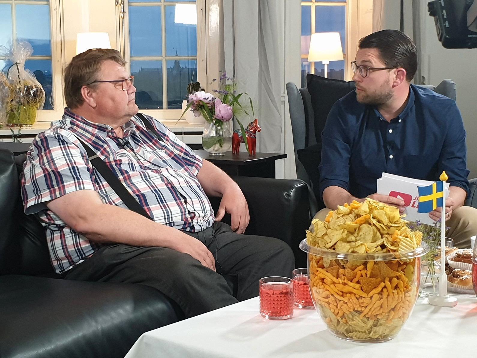 Jättemycket snacks i en jättestor skål. Två glas till Peter. Något inplastat i bakgrunden. SD:s jättesnackis förbryllar twitter-användare.