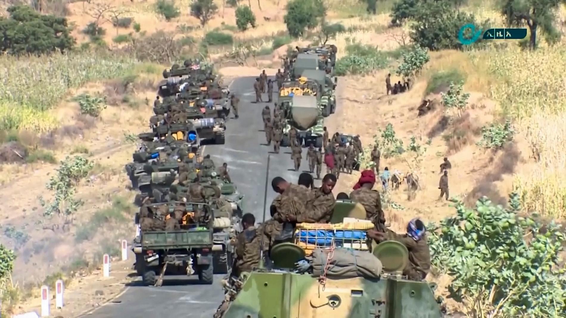 Denna bild, som distribuerats av Etiopiens statliga nyhetsbyrå, visar federala styrkor som förflyttar sig vid gränsen mellan regionerna Amhara och Tigray tidigare i veckan.