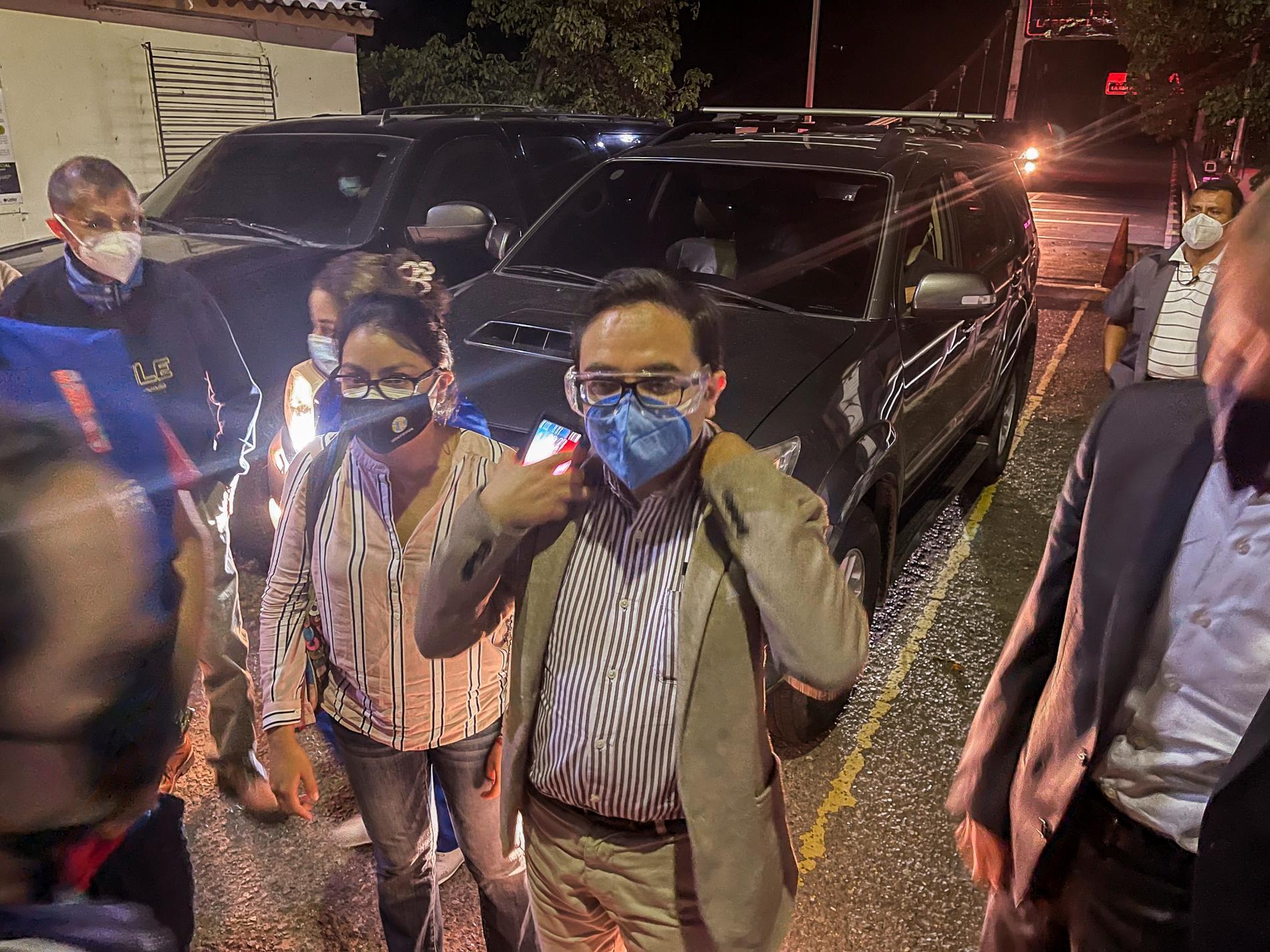 Antikorruptionsåklagaren Juan Francisco Sandoval (mitten) korsar gränsen till El Salvador på lördagsmorgonen den 24 juli.