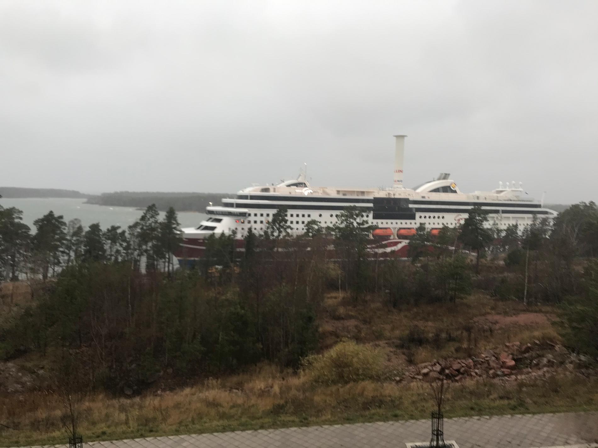Viking Grace har gått på grund utanför Mariehamn.
