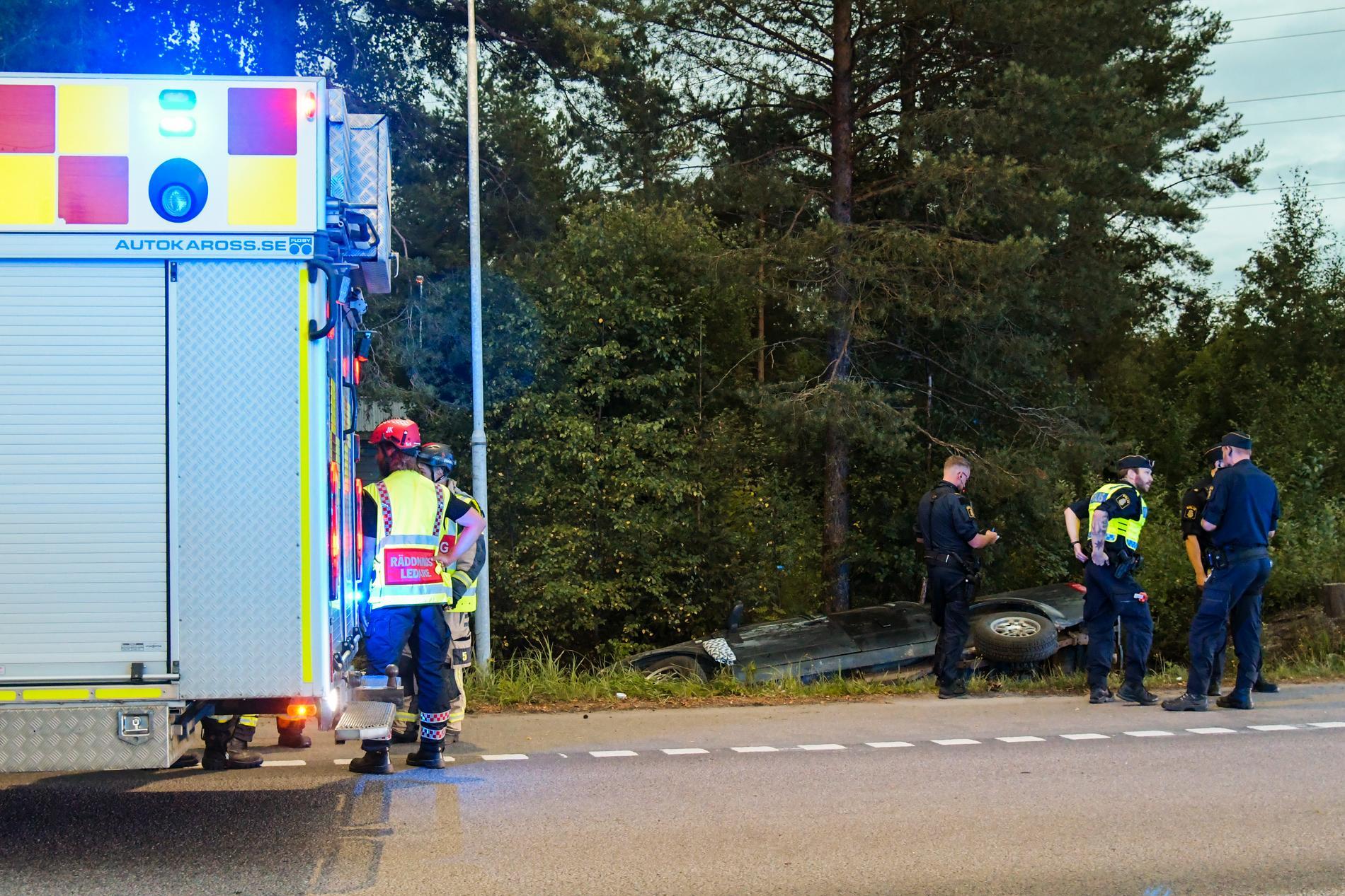 Fyra flickor fördes till sjukhus sedan deras a-traktor krockat mot ett träd.