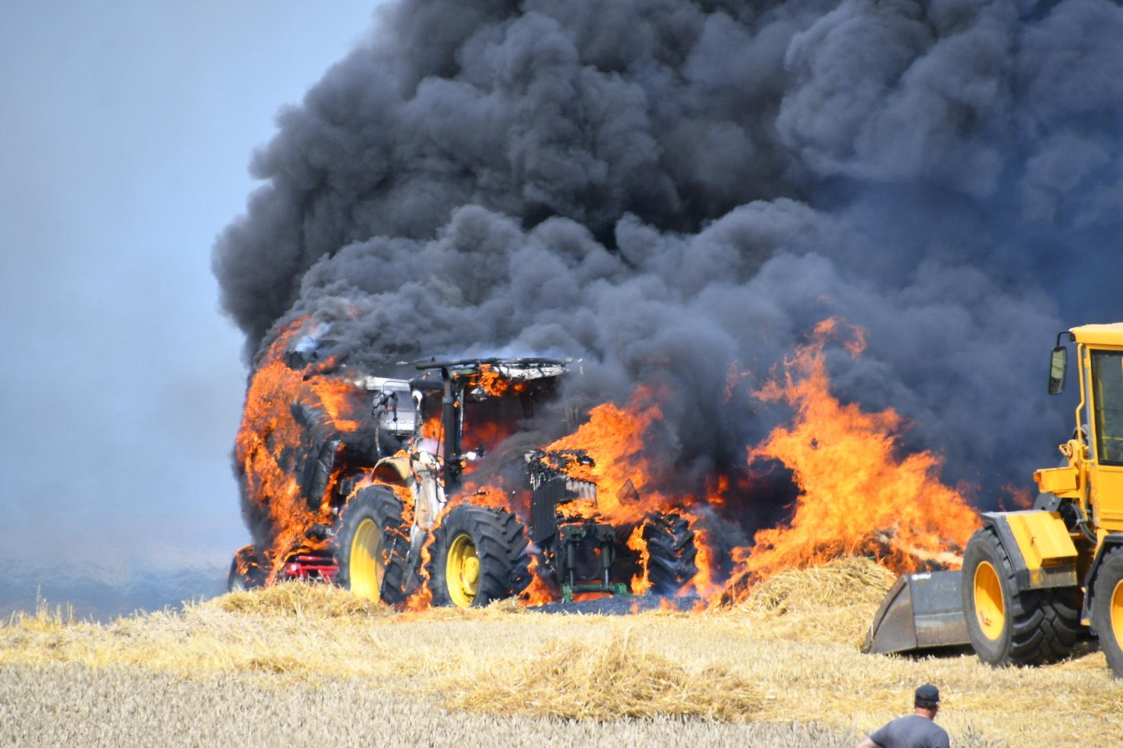 Räddningstjänsten tror att branden kan ha startat i en traktor.