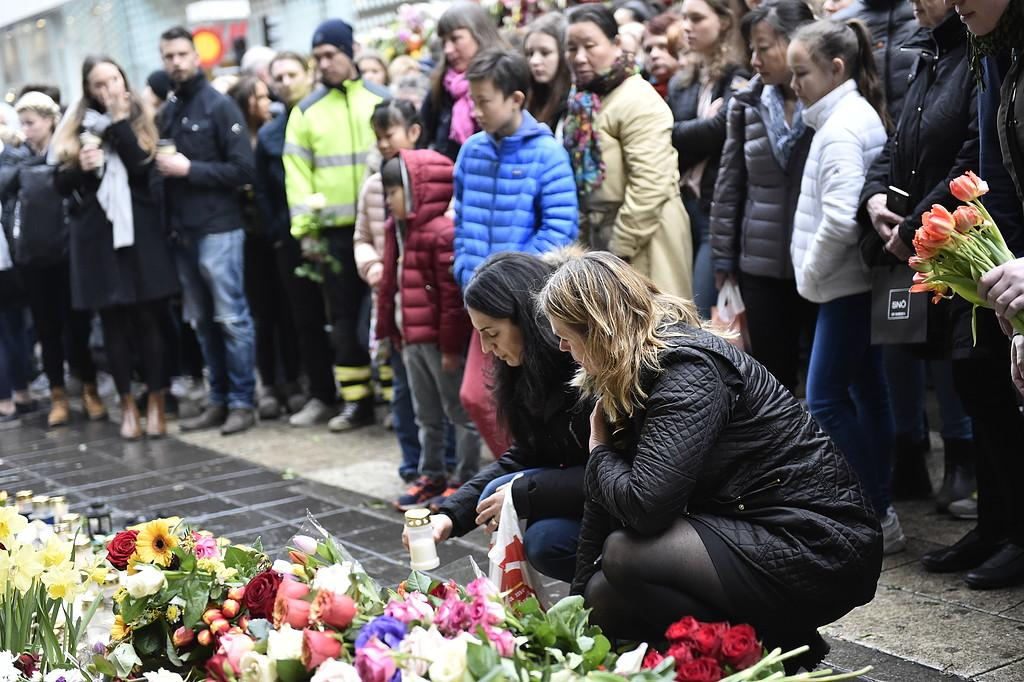 Blommor vid Åhléns på Drottninggatan i Stockholm i samband med den tysta minuten för att hedra offren.