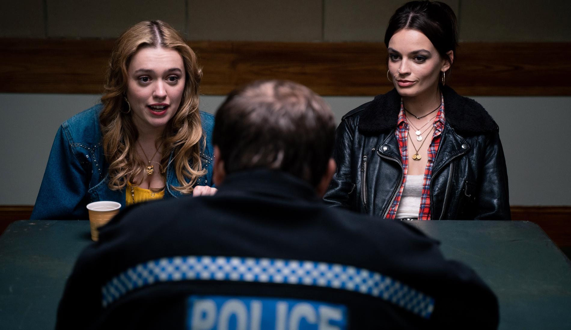 Aimee (Aimee Lou Wood) och Maeve (Emma Mackey).