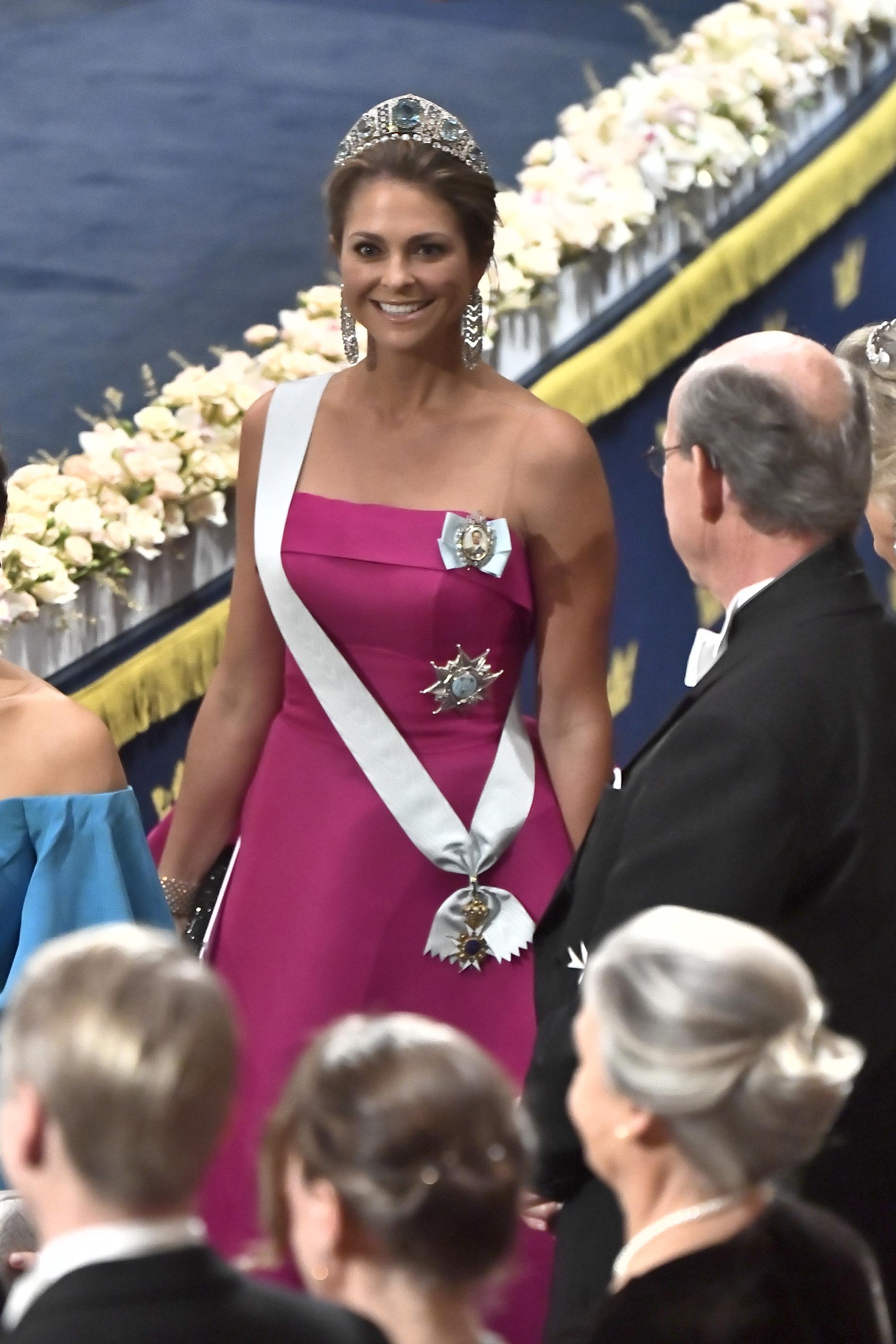 2019. Knallrosa klänning skapad av latinamerikanske designern Angel Sanchez.