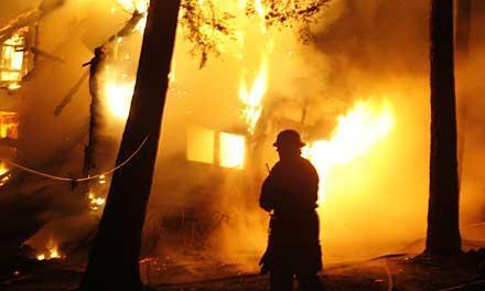 En explosion hördes och kort därefter var villan övertänd.