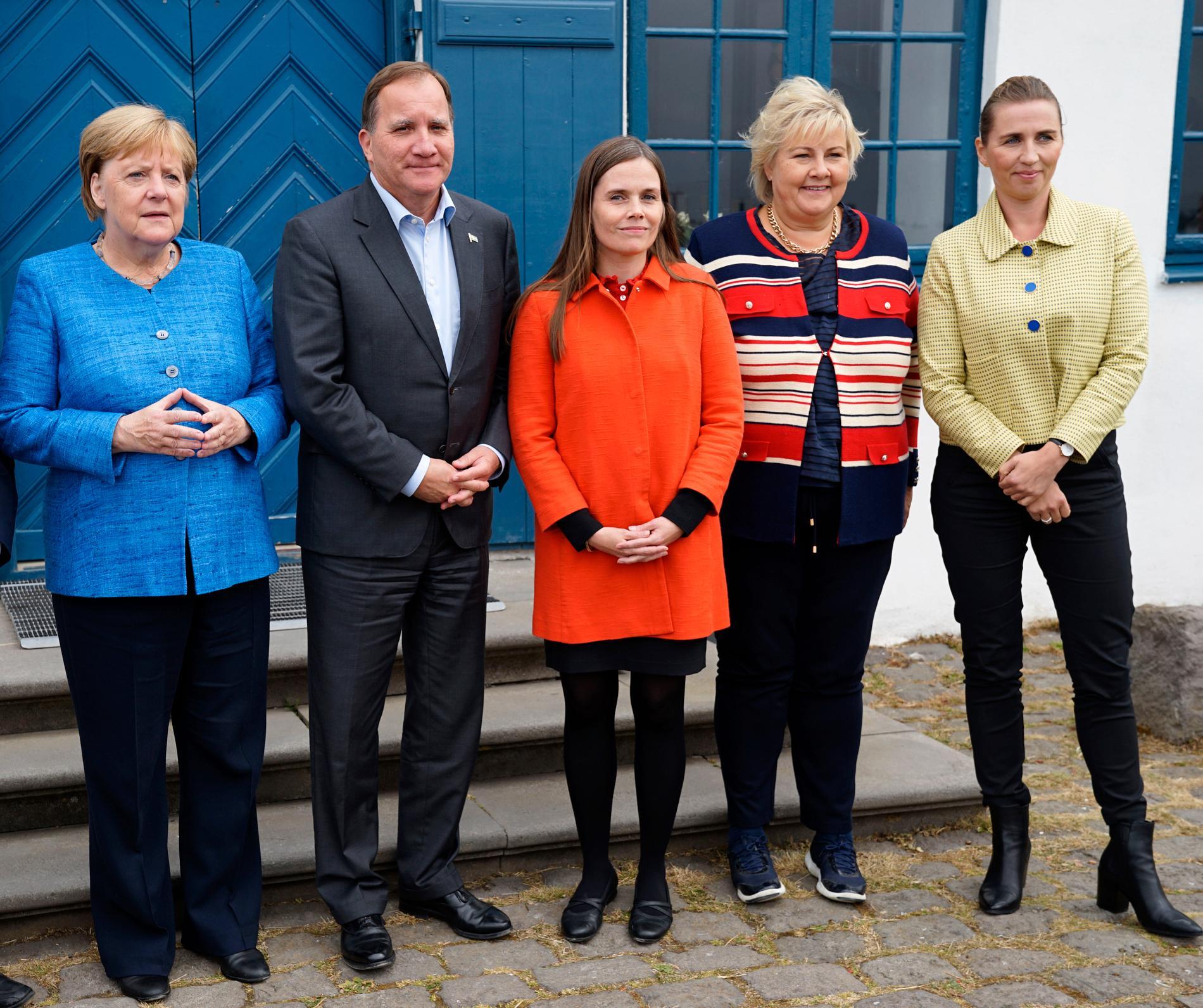 Från vänster står Tysklands förbundskansler Angela Merkel och statsministrarna Stefan Löfven (Sverige), Katrin Jakobsdottir (Island), Erna Solberg (Norge) och Mette Frederiksen (Danmark). Bilden är tagen i Reykjavik i augusti 2019.
