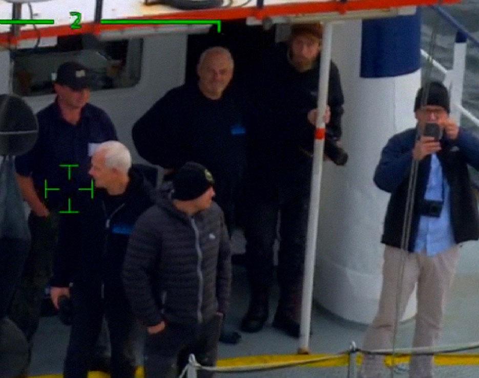 Filmteamet ombord på dykfartyget.