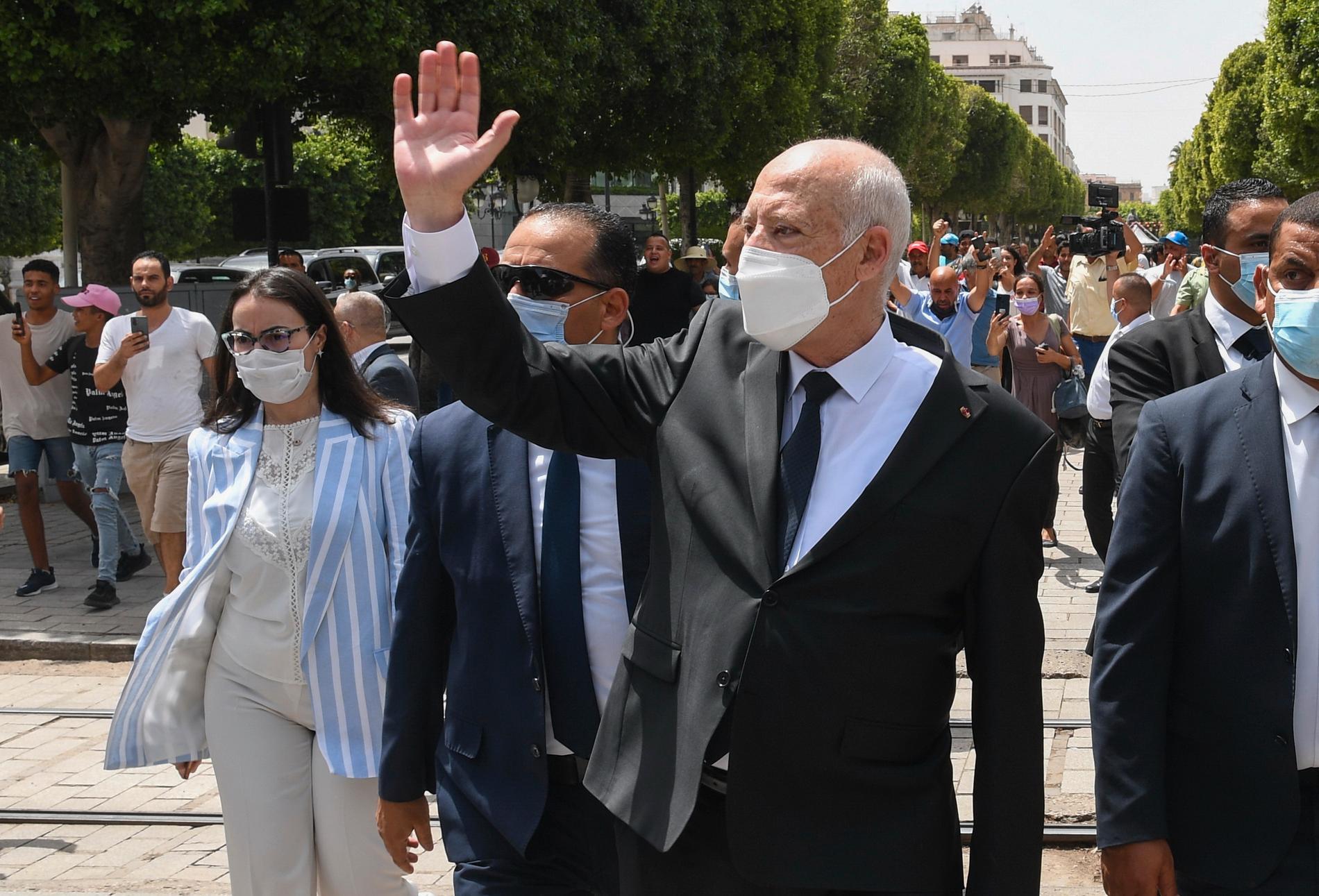 Tunisiens president Kaïs Saied vinkar till folk i huvudstaden Tunis i början av augusti.