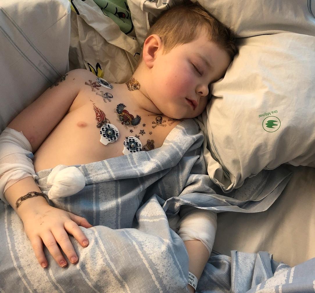Leon fick ligga på sjukhus i elva dagar.