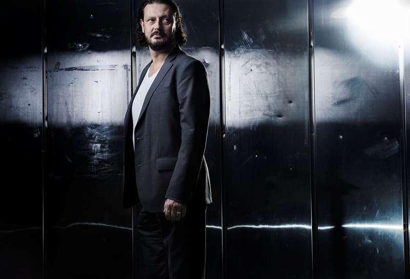 Sam Ghazi (född 1967) romandebuterar med en science fiction-roman.