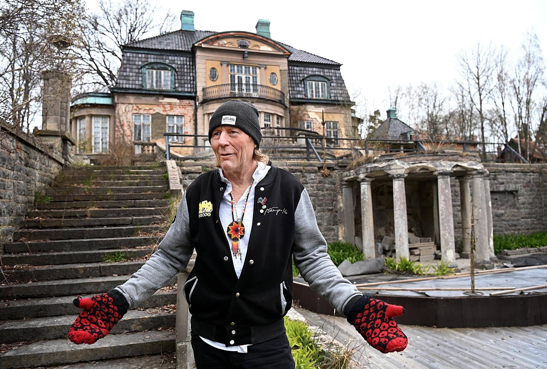 Leif R Carlsson framför Villa Kassman.