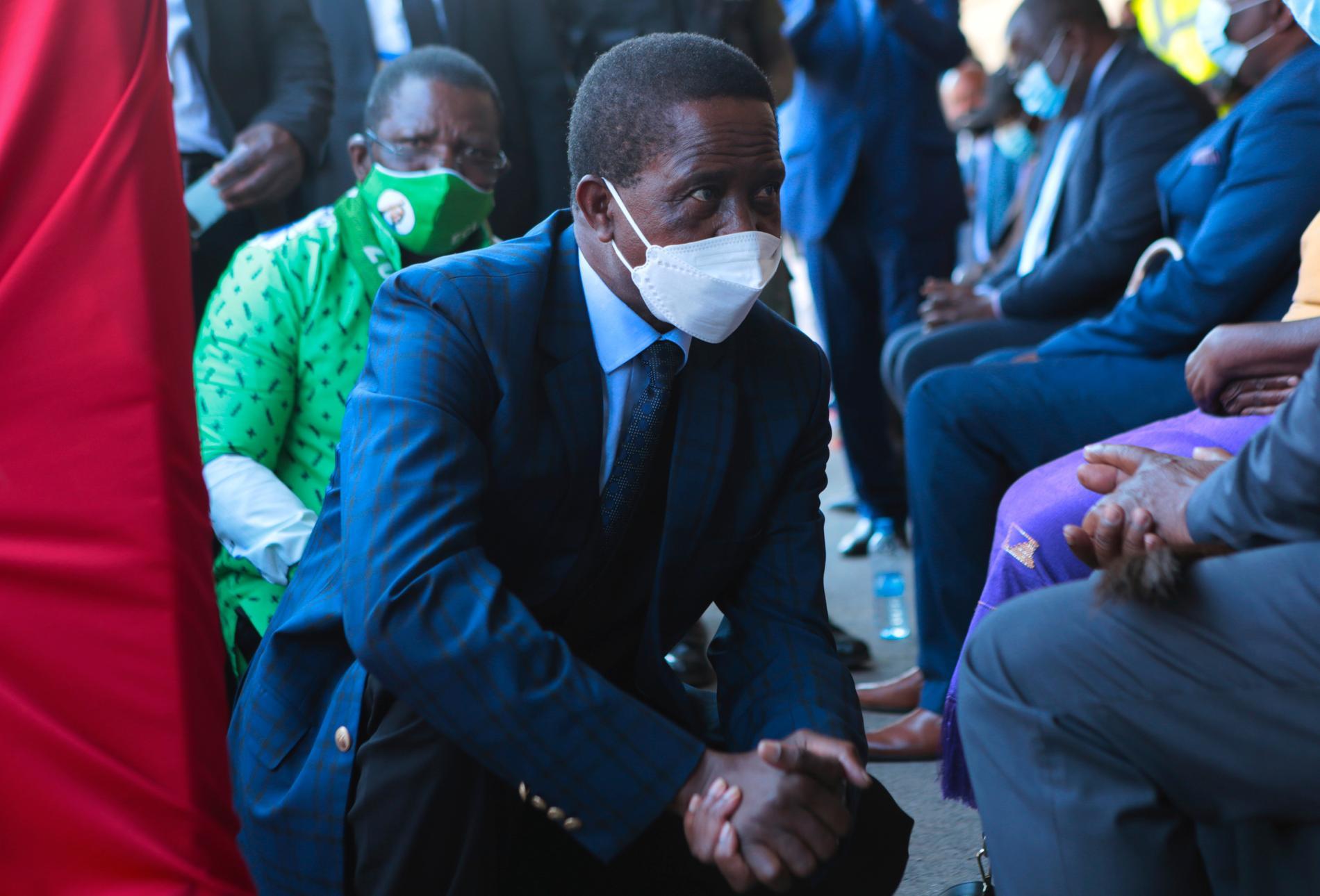 Zambias president Edgar Lungu pratar med lokala ledare i samband med invigningen av en flygplatsterminal i Lusaka.