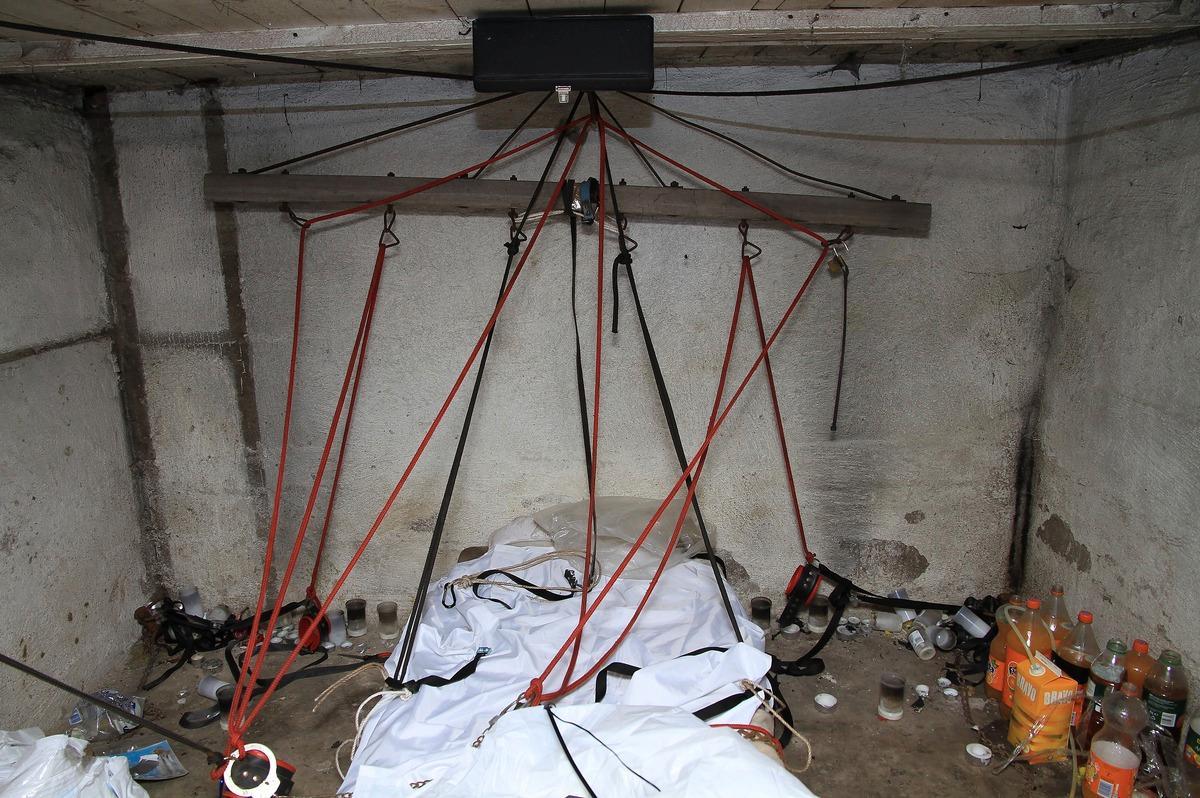 POLISANMÄLDE Jens och Jonas fick en chock när de utforskade ödehusets källare. Deras bilder visar rep och kedjor i taket ovanför en smutsig madrass. Runtom ligger lädermasker, blöjor, och handfängsel.