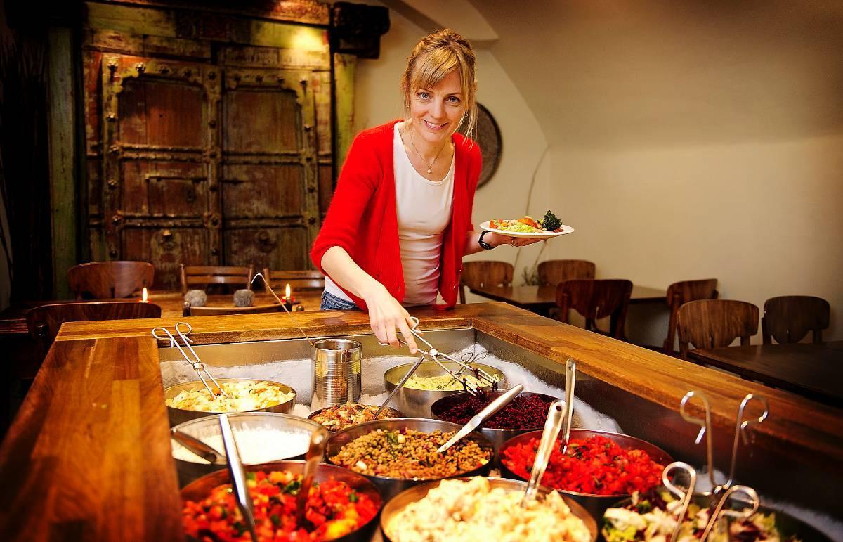 KÖTTFRI MÅNAD Kristina Theander, här på Hermans i Stockholm, hoppas bli bättre på att laga god vegetarisk mat nu när hon ska äta köttfritt i en månad. Om hon tröttnar på grönsaker kan hon testa fjäderfän – det är nämligen inte lika farligt, och funkar också bra med LCHF.