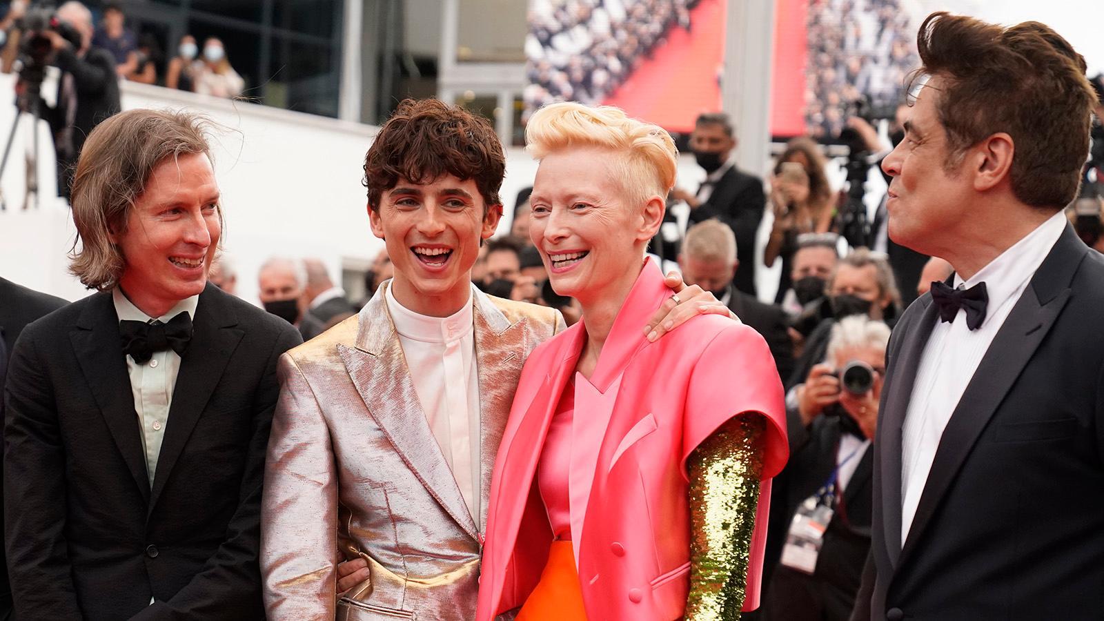 """Från vänster Wes Anderson, Timothee Chalamet, Tilda Swinton och Benicio Del Toro poserar inför premiären av """"The French Dispatch"""" i Cannes."""