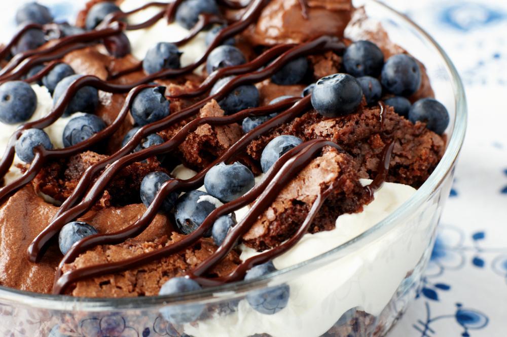 Choklad- och blåbärstrifle