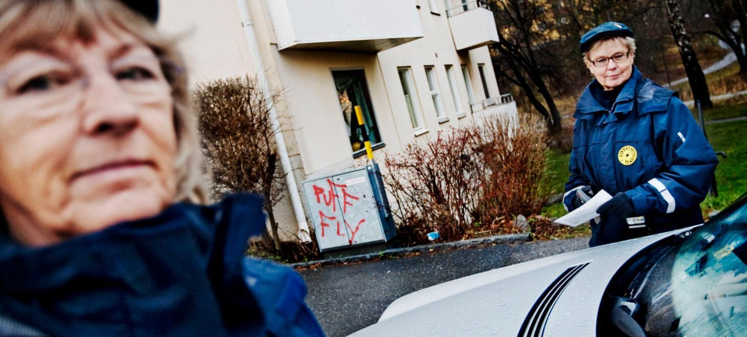 """Skeptiska Parkeringsvakterna Lillemor Andersson och Anita Hasselrot ser inte med förtjusning på förslaget om att de kan komma att bötfälla klottrare. """"Vi måste koncentrera oss på att se till att folk parkerar enligt reglerna"""", säger de."""