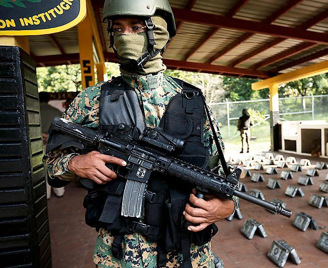 Gränspolis vaktar beslagtagen narkotika i Panama.