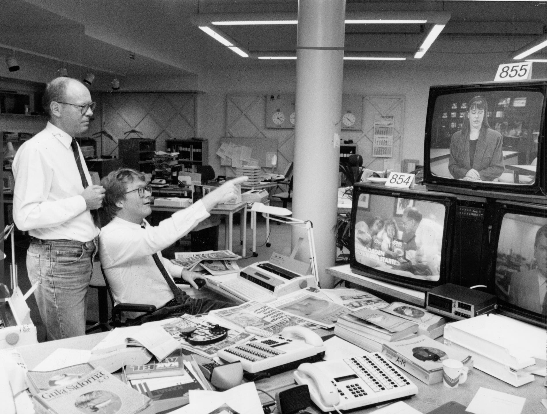 Mats Hådell och Lars Adaktusson, ser premiärsändningen av nyheterna på TV4 och ger Lotta Mossberg beröm.