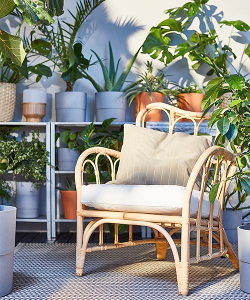 Vill du ha en rofylld plats på din balkong där du tar ditt morgonkaffe, kan en skön fåtölj vara guld värd. Korgstol Mastholmen, 995 kr, Ikea.