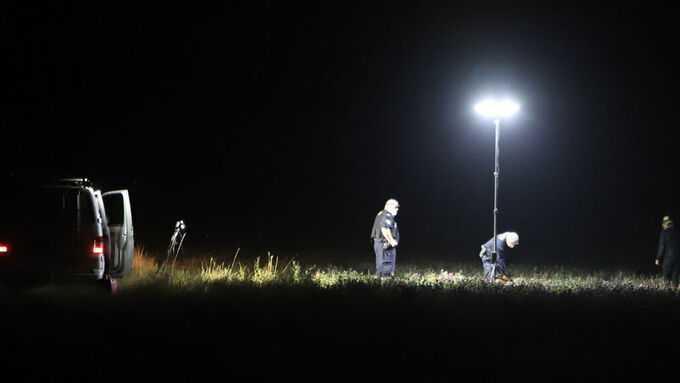 Poliser arbetar på åkern i Tillinge i Enköpings kommun.