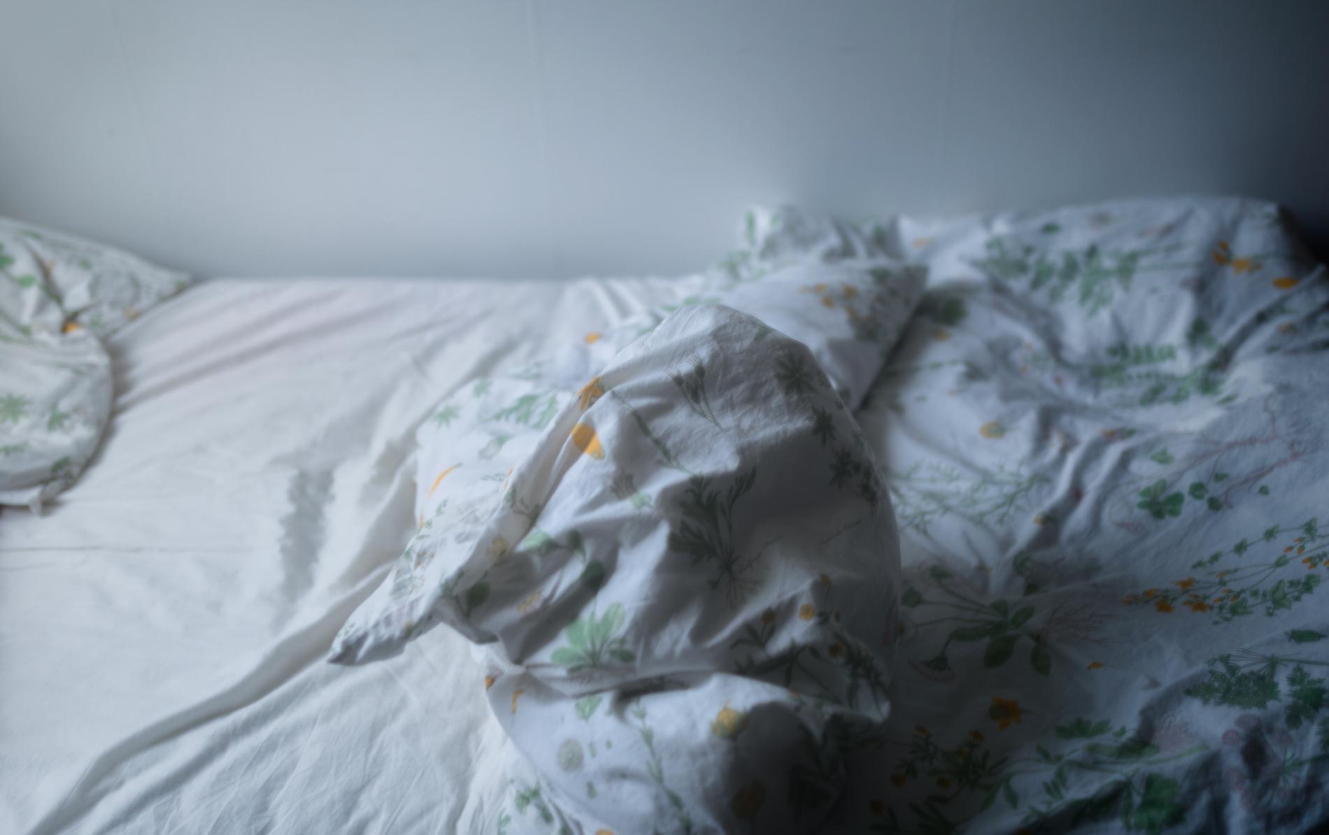 En personlig assistent i Katrineholm gick till sängs med en annan person hemma hos en brukare. Arkivbild.