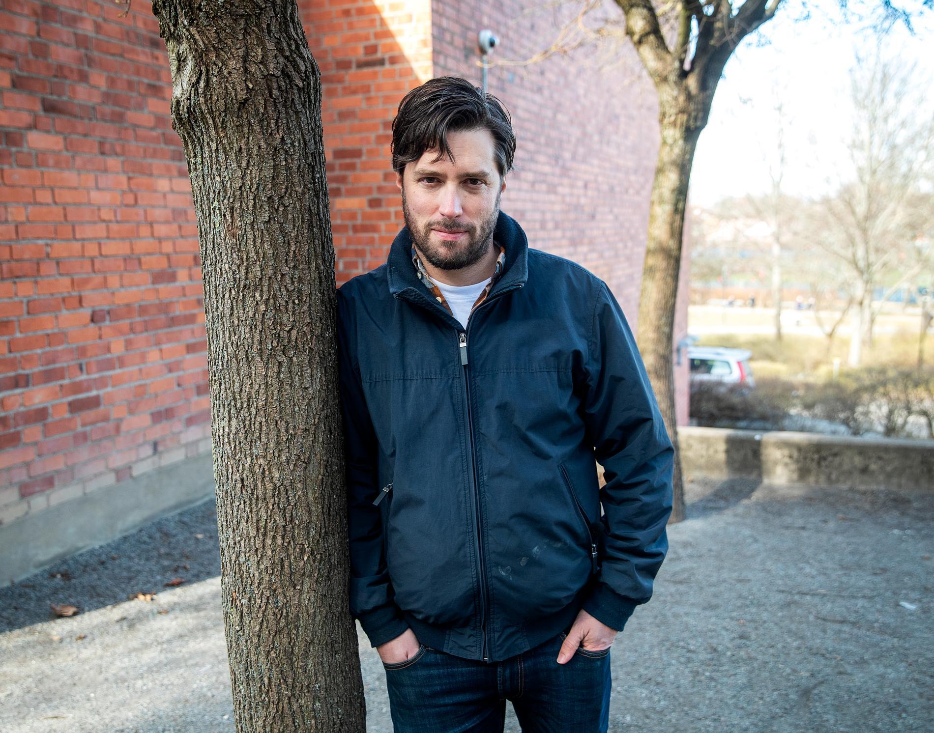 """Matti Josefsson har två döttrar i Skytteholmsskolan. Han är född och uppväxt i Solna men flyttar från kommunen med sin familj till hösten, till stor del på grund av skolpolitiken. """"Om inte en välbärgad kommun som Solna har råd att satsa på skolan, vem har då råd?"""""""
