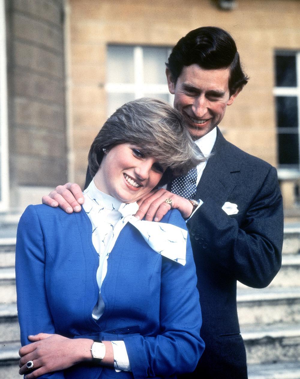 Charles och Diana förlovade sig 1981. Diana valde ut sin egen förlovningsring, en safir omringad av diamanter.