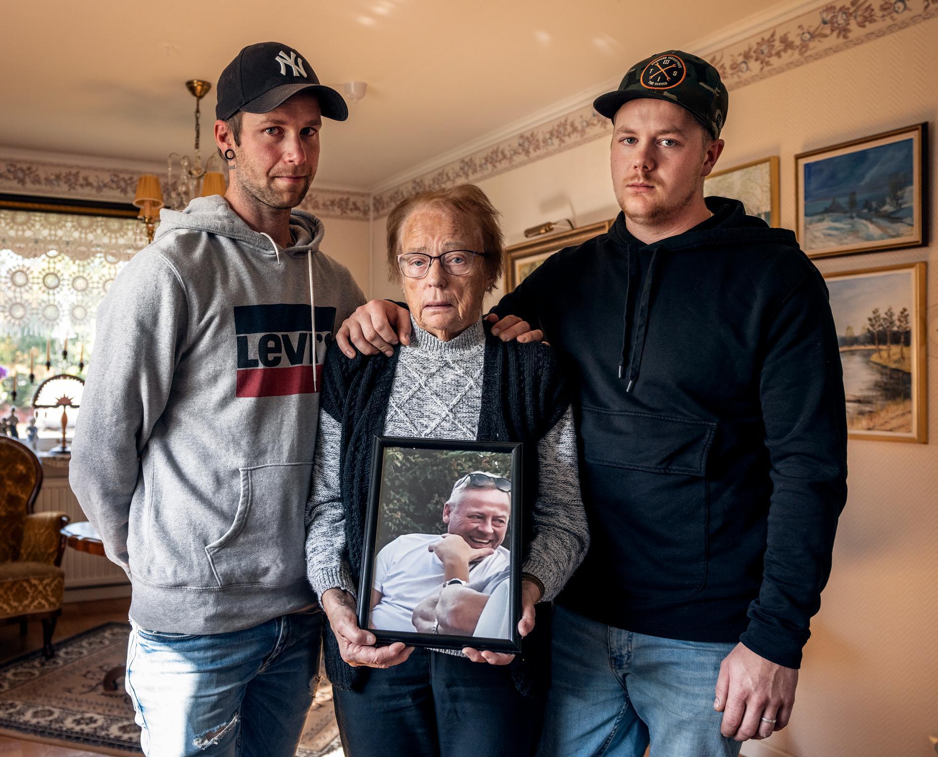 """""""Det är tomt, allt är bra ett enda stort varför"""", säger bonussonen Andreas Niklasson, 33, mamman Siv Nilsson och sonen Oskar Nilsson, 25."""