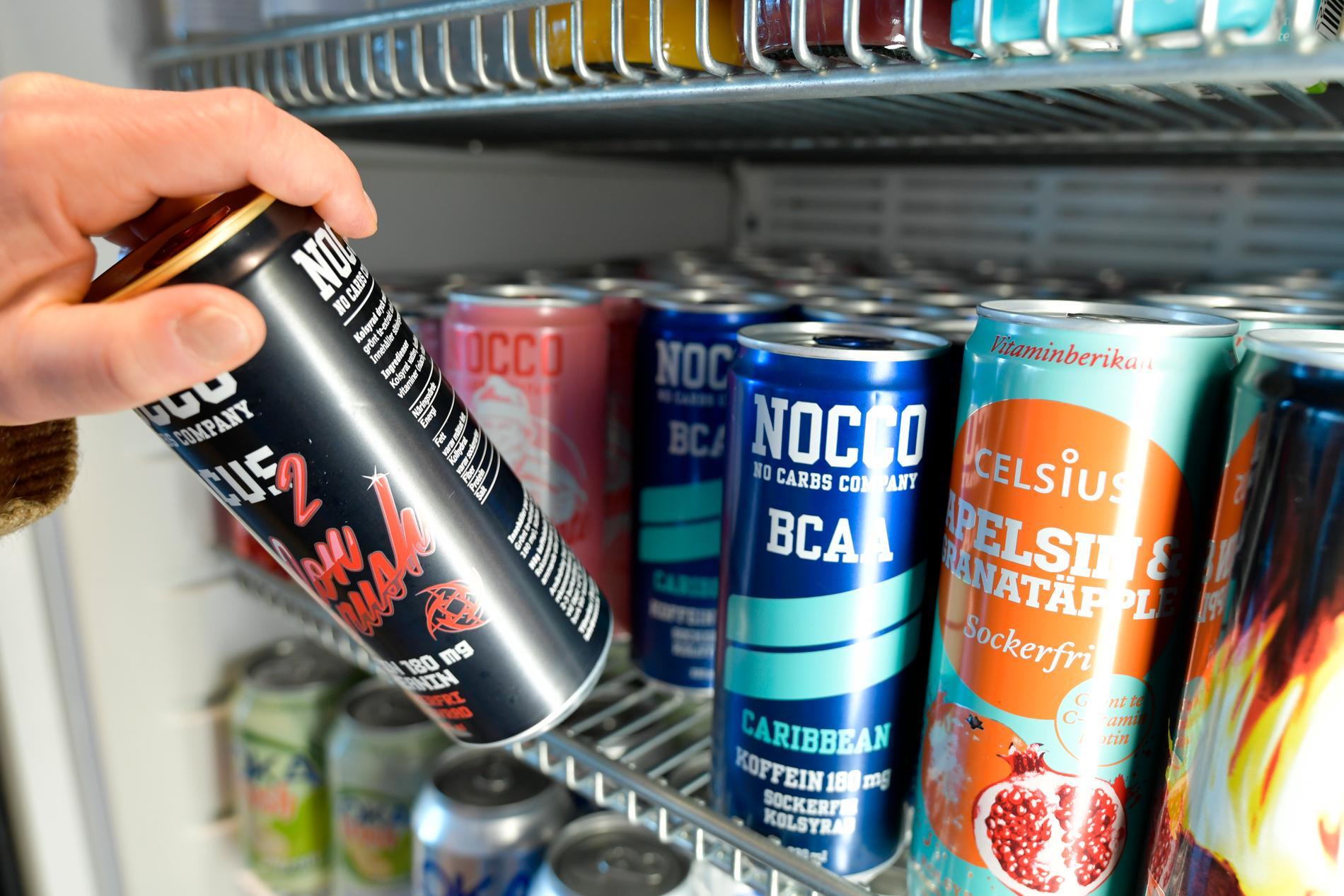 För att begränsa tillgången på energidrycker föreslår Livsmedelsverket att en maximal halt för koffein införs för dryckerna. Arkivbild.