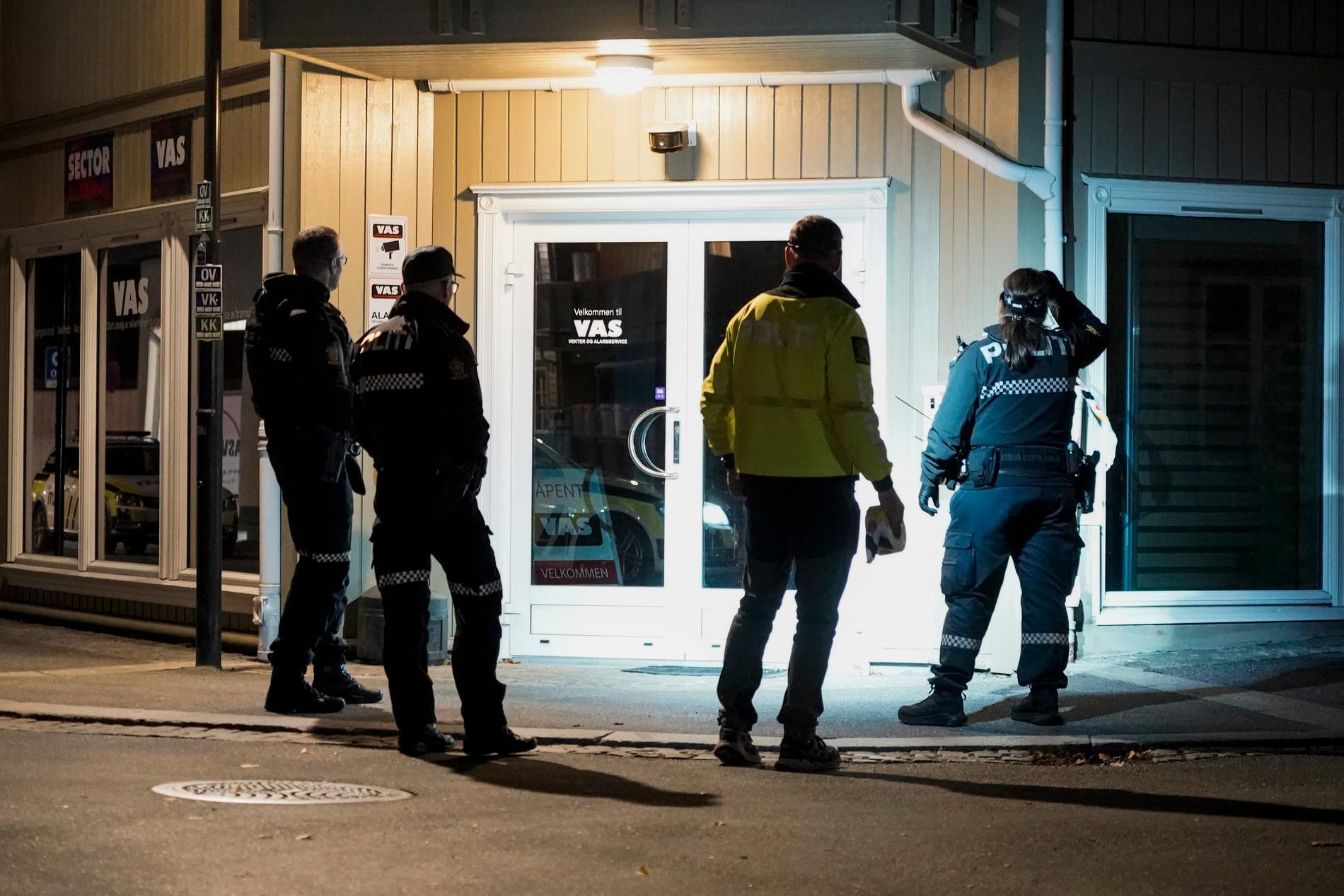 Polis söker igenom centrala Kongsberg.