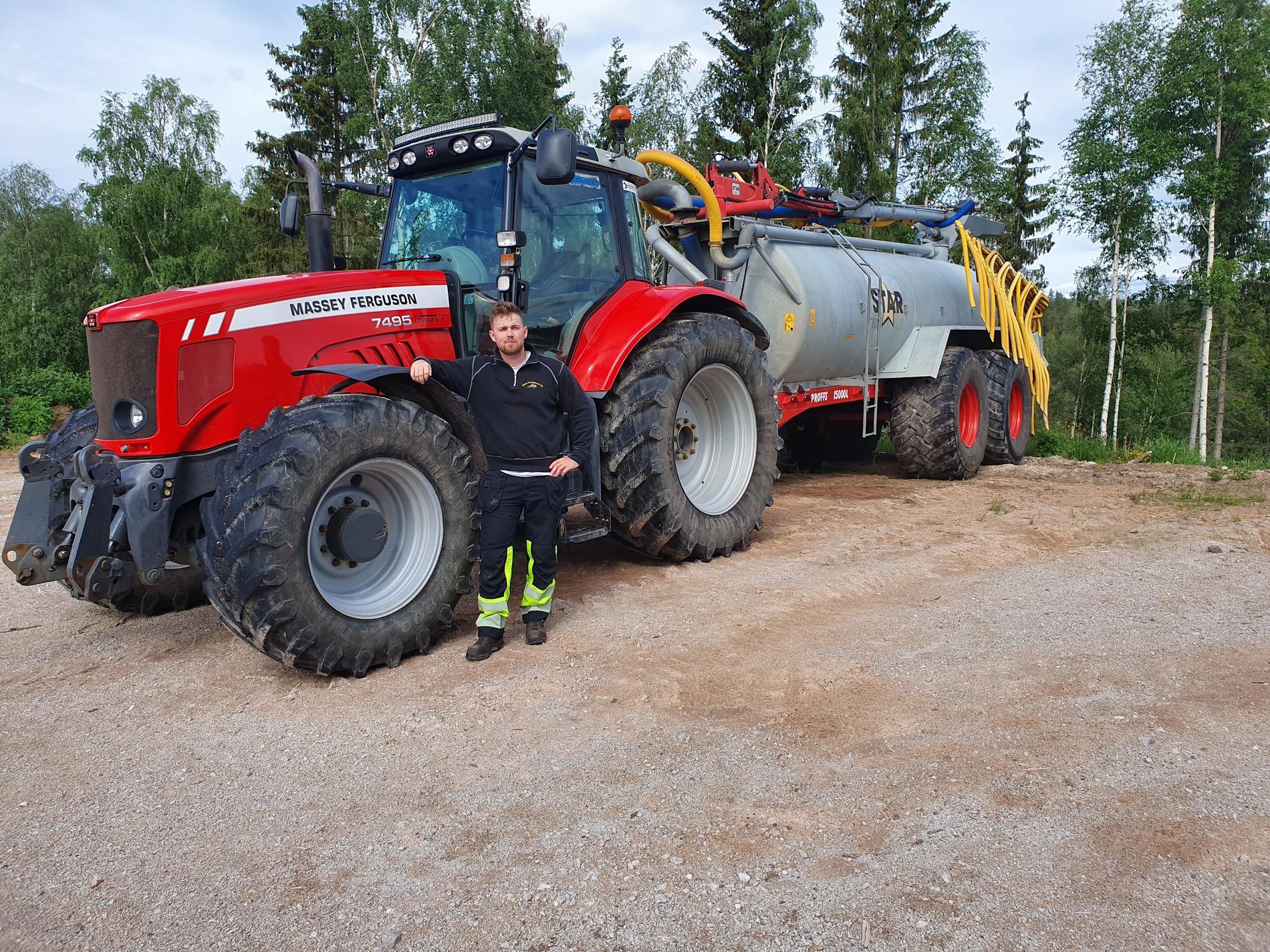 På måndagen ryckte lantbrukaren Anders Ekström och släckte med en gödseltraktor.