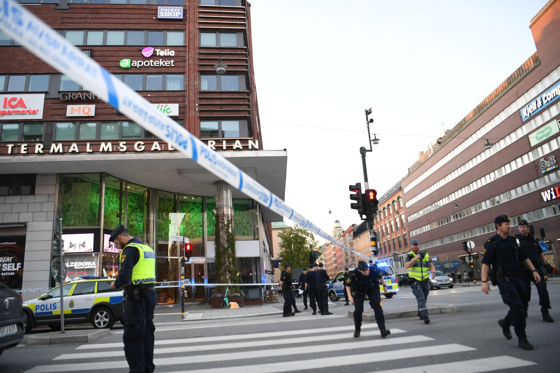Polis på plats utanför Västermalmsgallerian på Kungsholmen i centrala Stockholm.