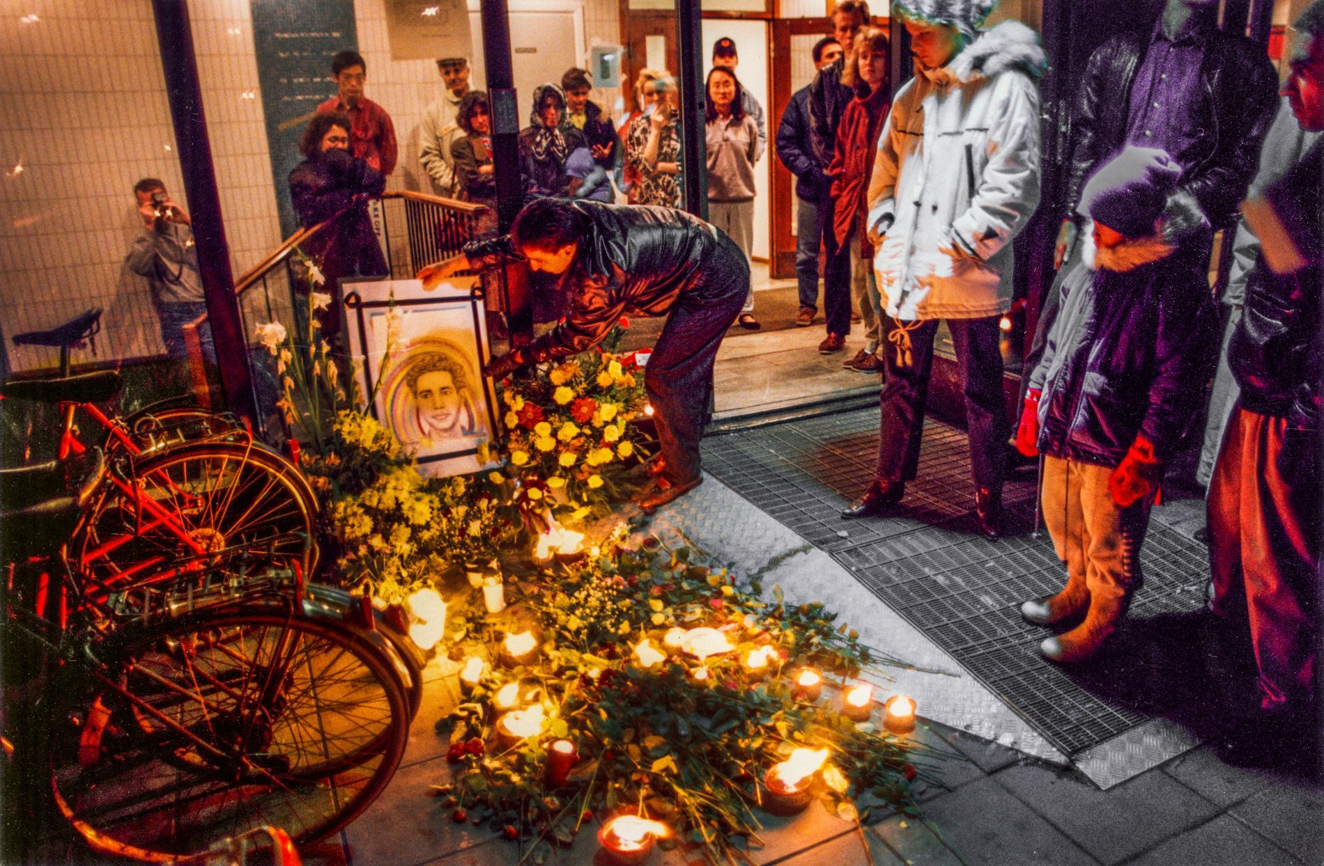 """Studenten Jimmy Ranjbar hedrades med tända ljuslyktor och blommor på mordplatsen på Körsbärsvägen nära Kungliga Tekniska högskolan (KTH) i Stockholm 8 november 1992, där han sköts till döds av """"Lasermannen"""", John Ausonius."""
