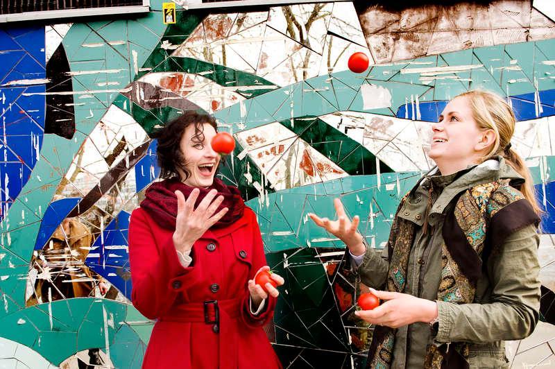 TVÅ TOMATJONGLÖRER  Deltagarna ger sig på ett försök att jonglera med tomater. Något som visade sig vara lättare sagt än gjort.
