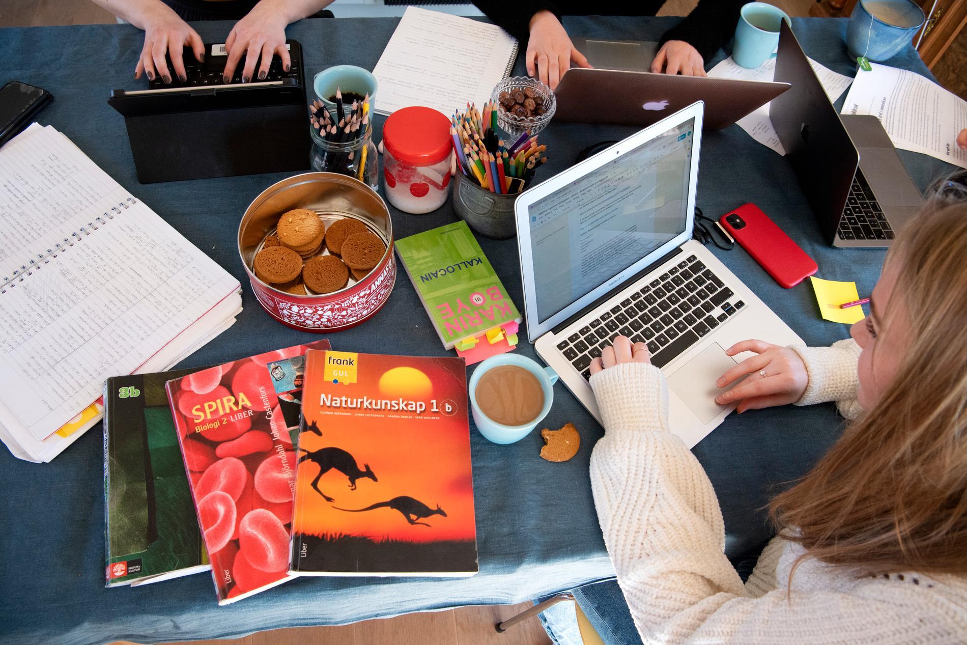 Många gymnasieungdomar vill studera vidare efter gymnasiet. Men betydligt färre förverkligar planerna. Arkivbild.