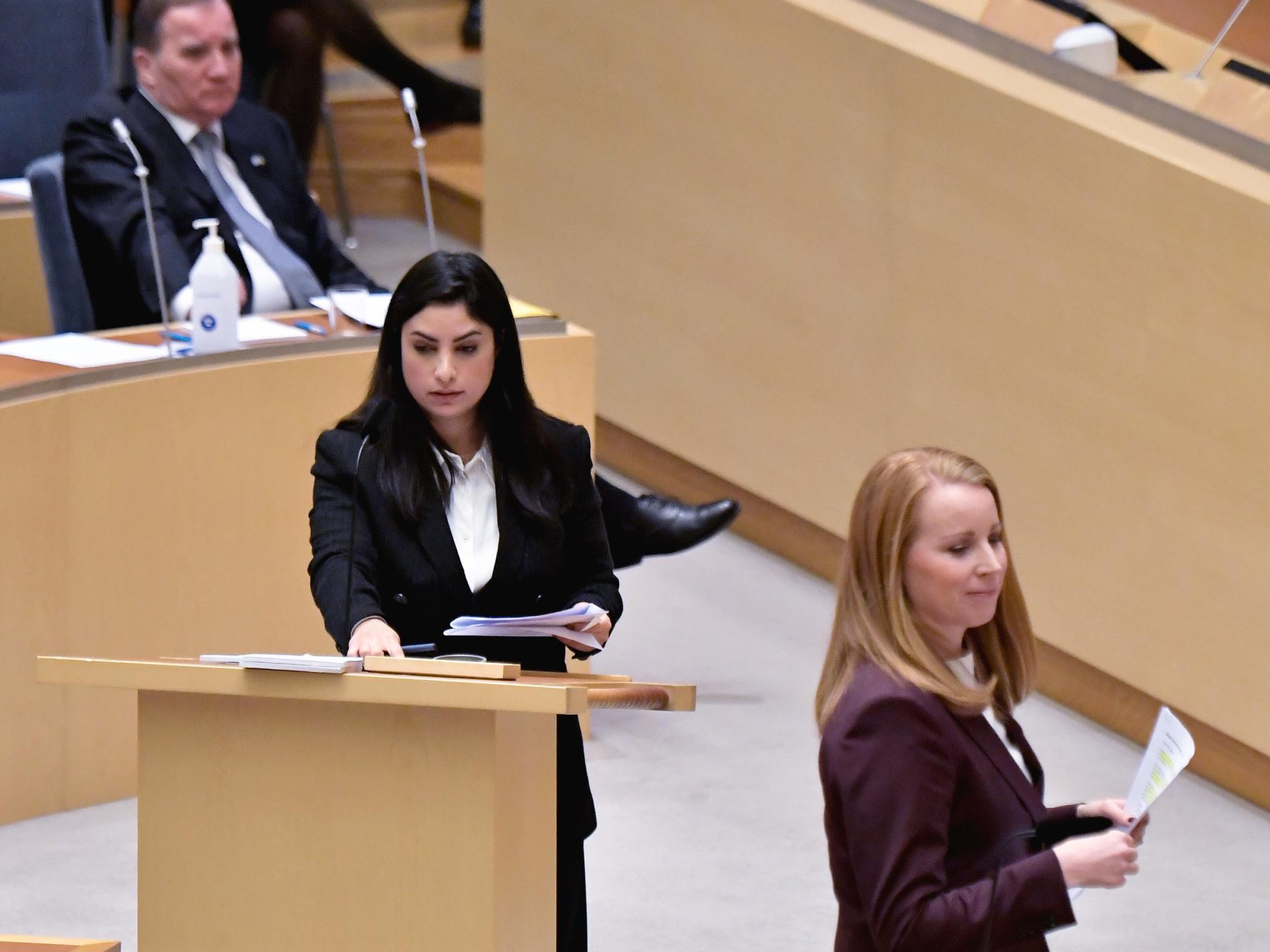 Vänsterpartiets partiledare Nooshi Dadgostar (V) och Centerpartiets partiledare Annie Lööf (C) under dagens partiledardebatt i riksdagen.