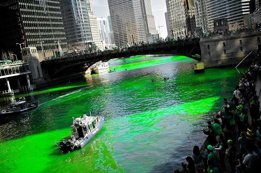 Floden färgas grön i Chicago.