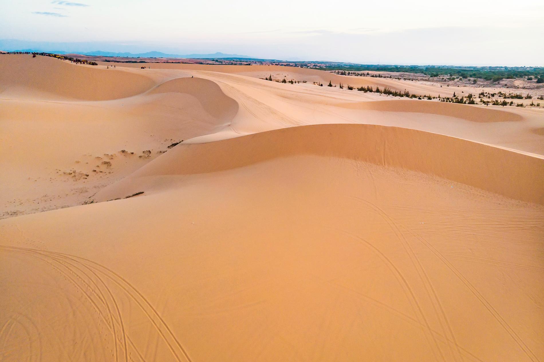 Kanske är det svårt att föreställa sig, men dessa sanddynor ligger nära stranden i Mui Ne.
