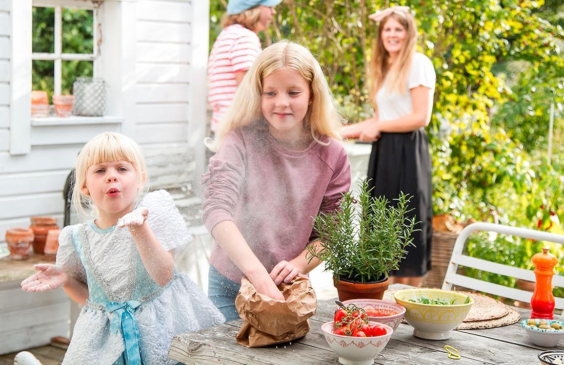 """Vira och Ärla tycker också om att vara med när det bakas. Det är helt ok att mjölet far runt när man är utomhus. Mjölet är """"Tipo 00"""" som Mikael fått tips om är det bästa."""