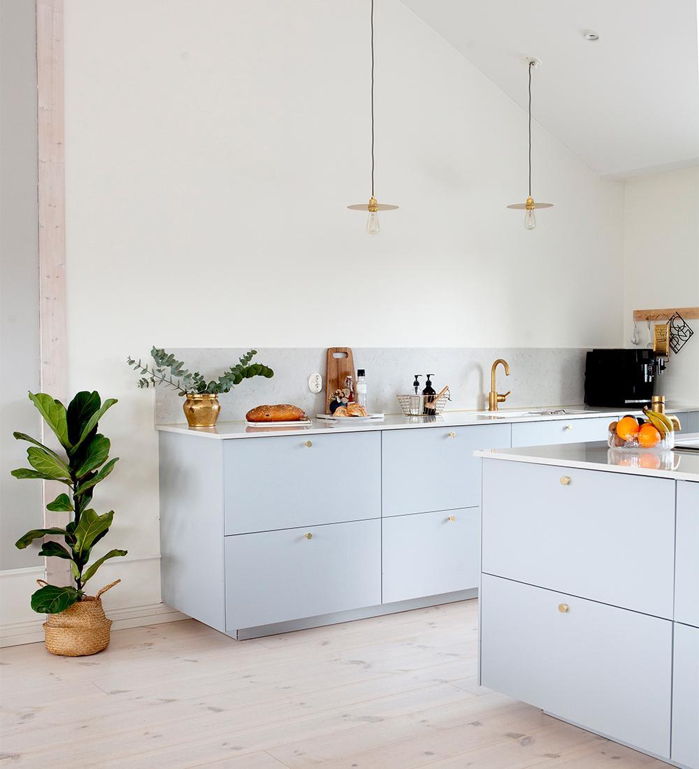 Ljust och luftigt i köket. Köksluckorna är Veddinge från Ikea, med knoppar från Beslag design. Mässingskranar från Tapwell och mässingskruka från Skultuna. Lampor från Frama, köpta på rum21.