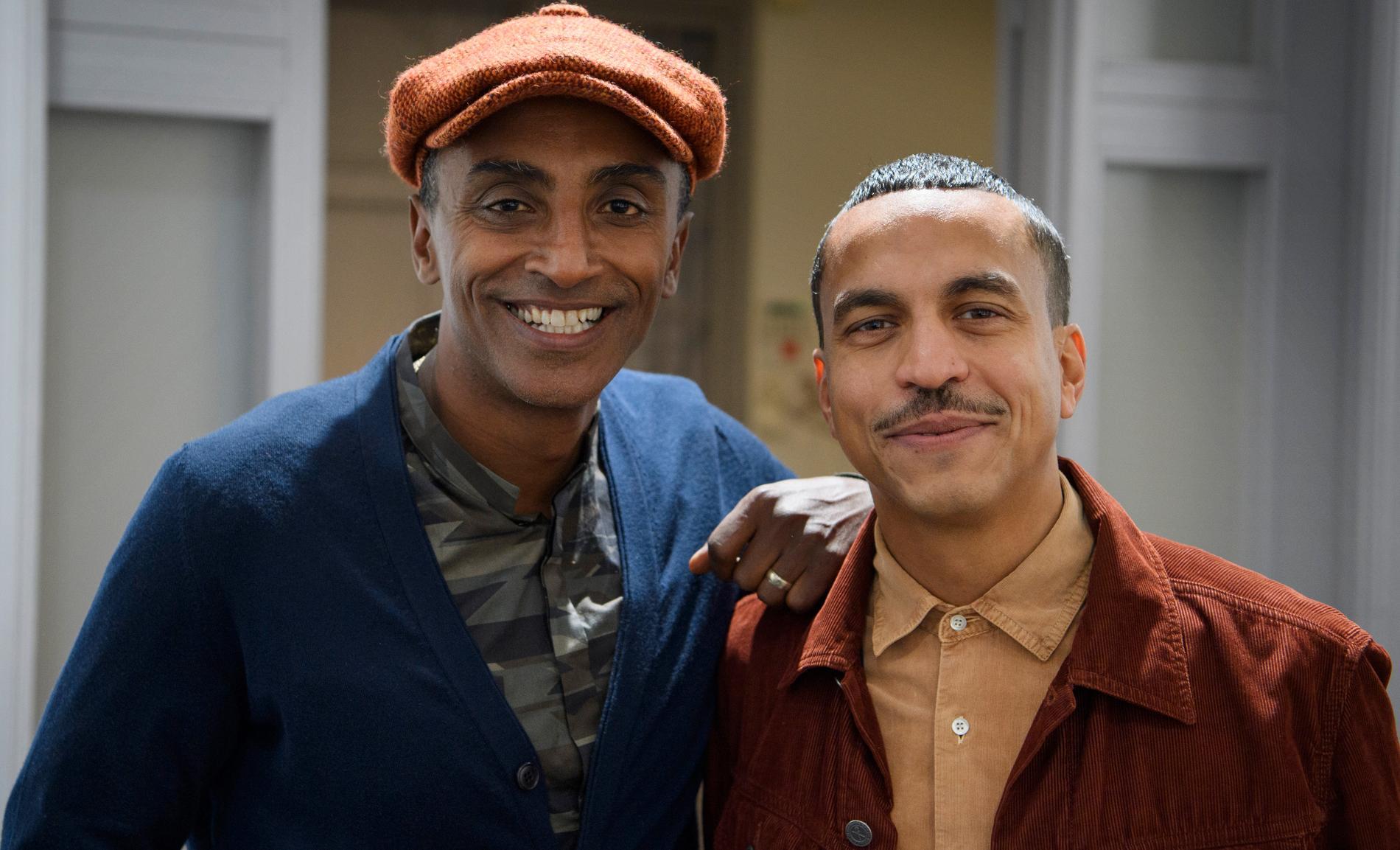 """Stjärnkocken Marcus Samuelsson och artisten Jason """"Timbuktu"""" Diakité gör tillsammans podden """"This moment"""". Nu ska de också tävla i """"På spåret""""."""