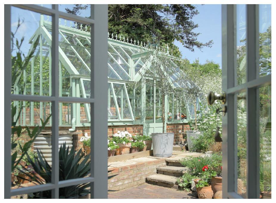 Växthuset Botanic blir som ett spektakulärt smycke i trädgården.
