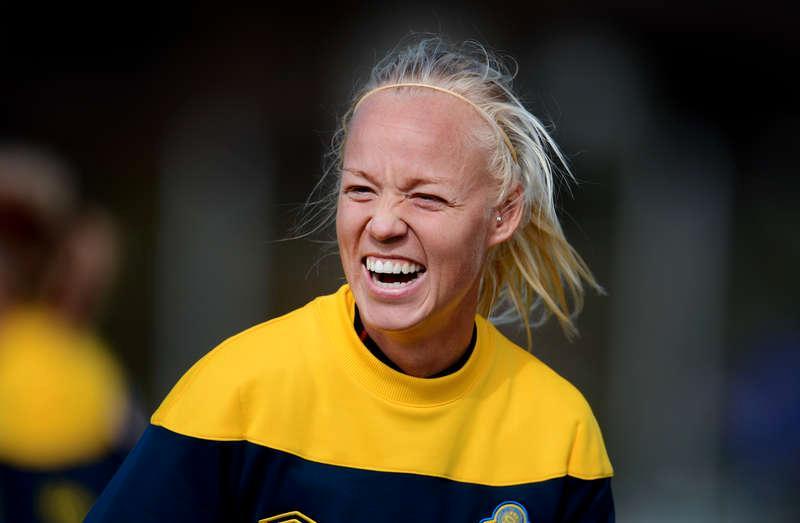 Spelar på fredag Caroline Seger och hennes lagkamrater är redan på plats i London. Redan i dag åker de vidare till hotellet.
