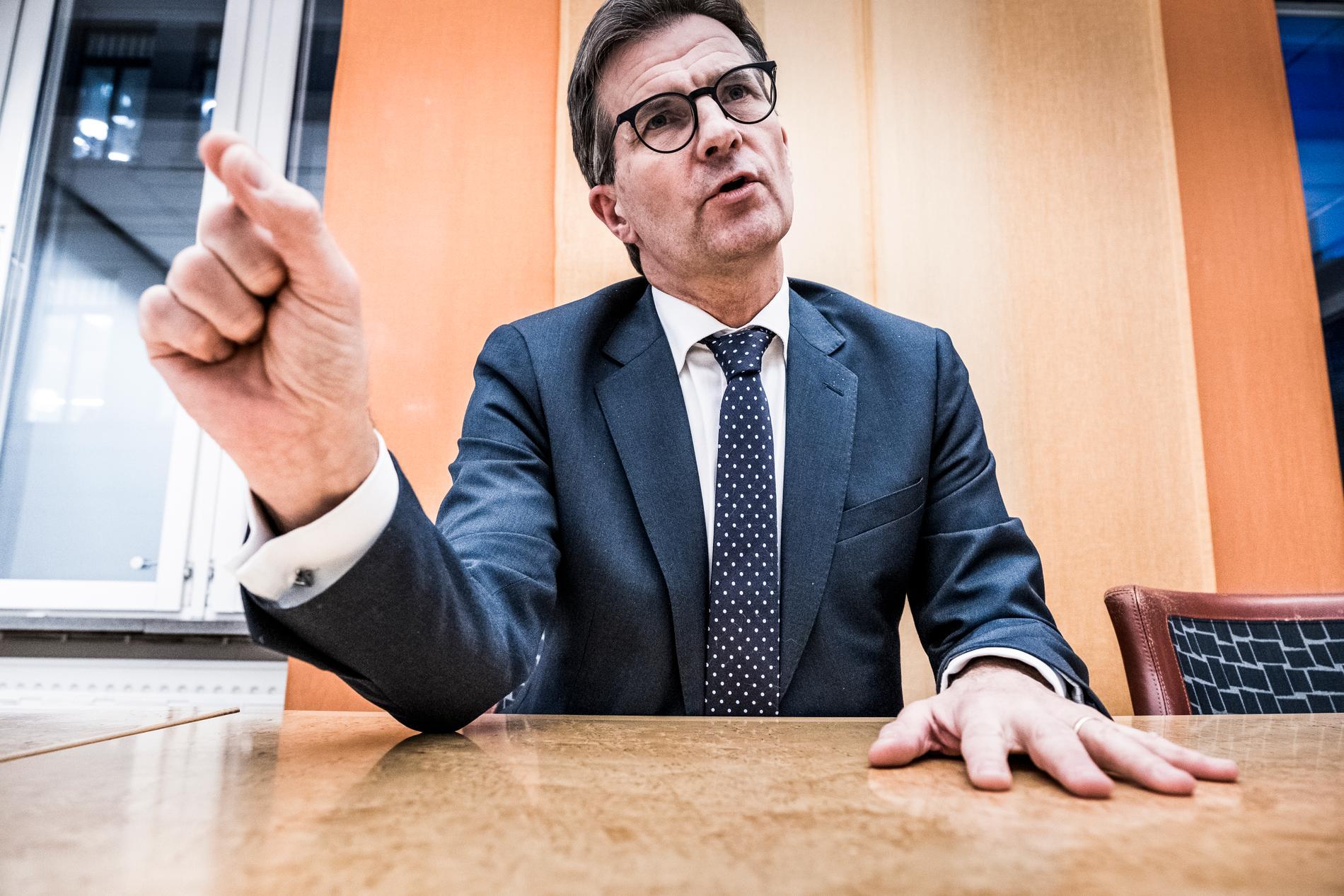 FI:s generaldirektör Erik Thedéen vill att bankerna tar ansvar.
