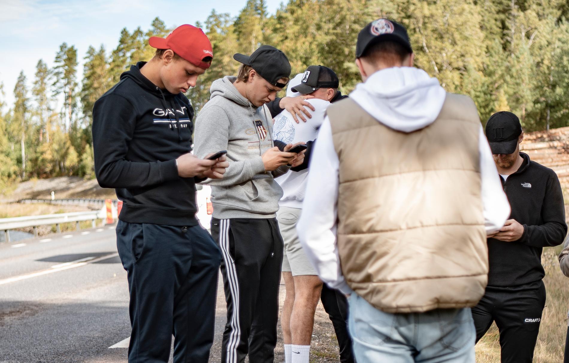 Vänner och klasskamrater vid olycksplatsen.