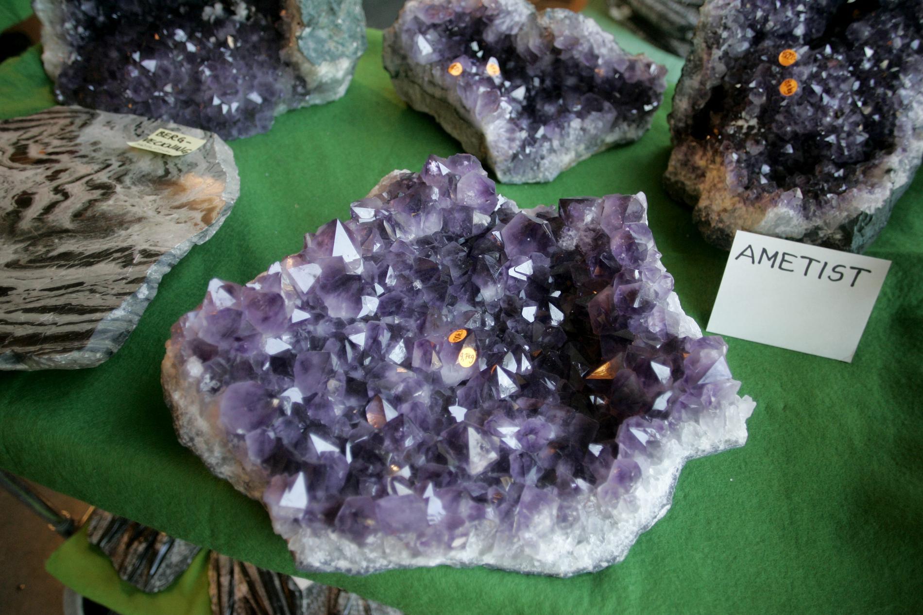Ametist, den lila varianten av mineralet kvarts, är en populär sten som sägs ha lugnande och rogivande energi. Arkivbild.