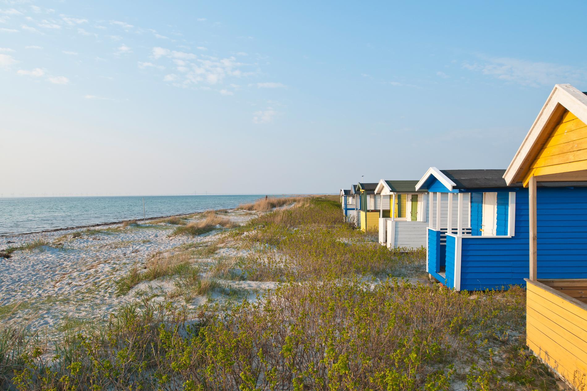 Stranden i Skanör med färgglada badhytter.