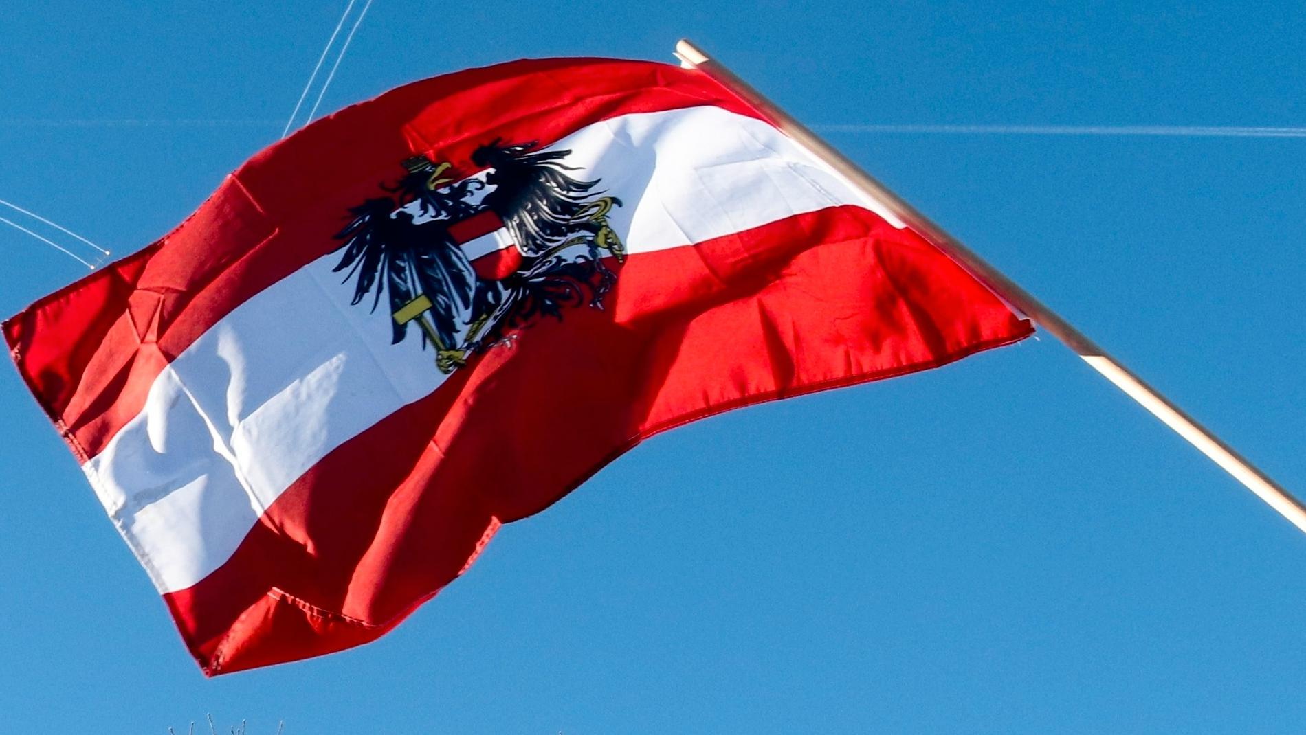 En pensionerad österrikisk överste har dömts för att under minst 25 år ha spionerat för Rysslands räkning.